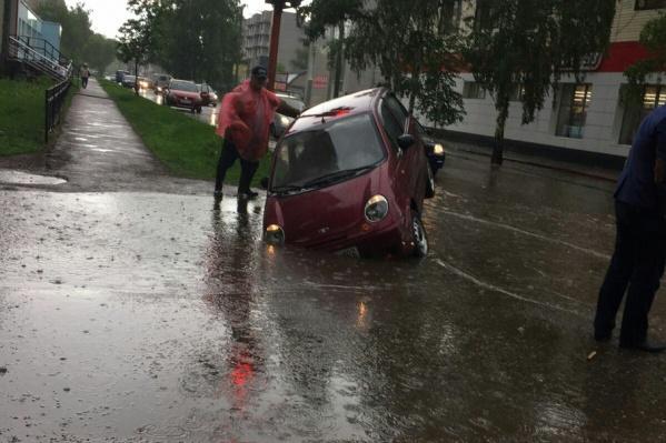 Неравнодушные автомобилисты останавливались и предлагали помощь