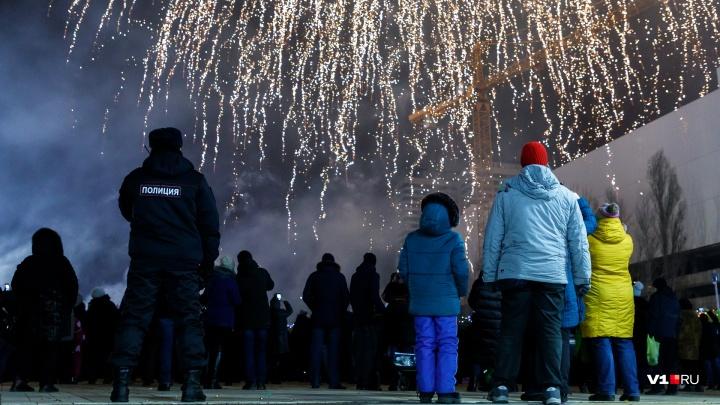 «Сравнивать с Москвой некорректно»: мастер высотной съемки показал новогодний фейерверк в Волгограде