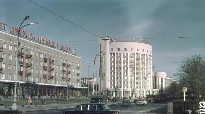 На жилом доме рядом с гостиницей «Исеть» — «Пусть крепнет дружба народов СССР»