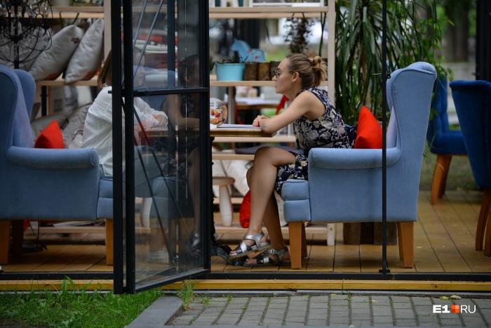 А вы, бронируя летом столик в ресторане, выбираете закрытый зал или веранду?