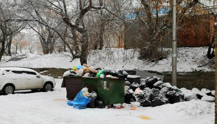 Жители дома на Гастелло забросали подъезд мусором