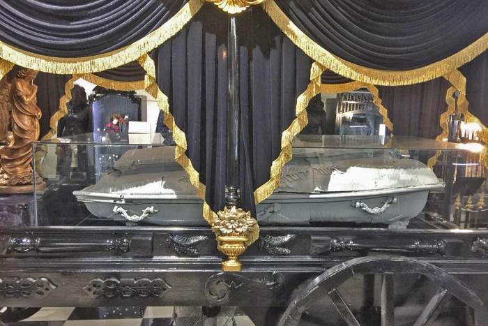 В Музее смерти отреставрировали самый известный новосибирский гроб