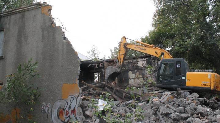 Из шлакоблока и рельсов: в Самаре начали сносить бывший офис криминального авторитета