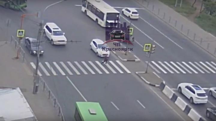 Видео: выбежавший под колёса пешеход выжил после страшного падения