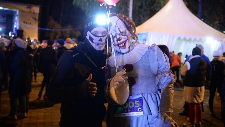 Ты бежишь по тёмному парку, а за тобой клоун из «Оно»: фоторепортаж с ночного забега по ЦПКиО
