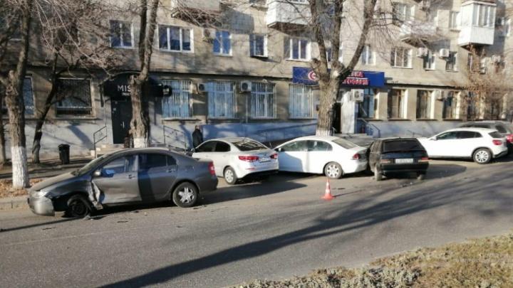 Ударила стоячего: в центре Волгограда женщина на «четырнадцатой» протаранила две иномарки