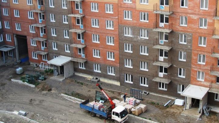 Рухнувшая от ветра стена и отклонения от проекта: застройщик «Ясного» рассказал о проблемах