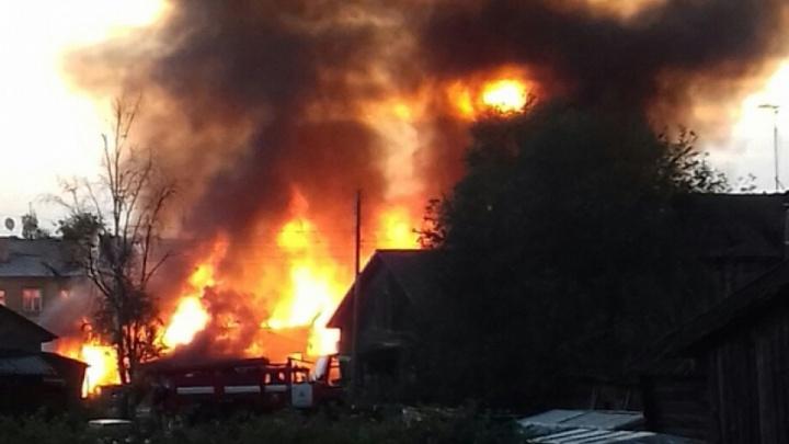 Дом, пять бань, гараж и УАЗ: засушливое лето спровоцировало большой пожар в посёлке Пинега