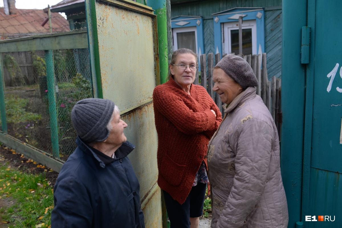 Услышав наш разговор, из дома выходит младшая дочьМаргариты Александровны Надежда (в сером берете)