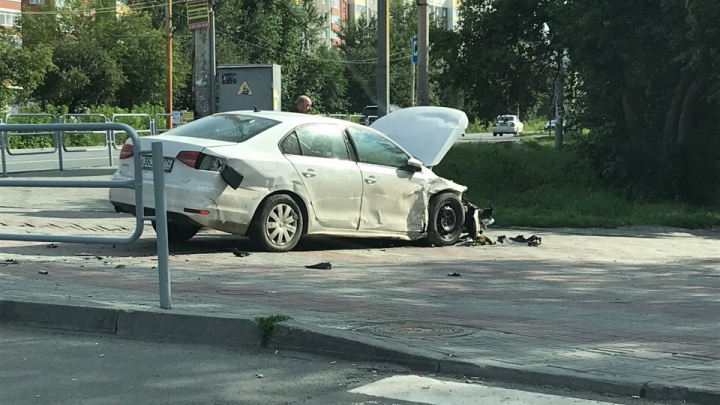 В Челябинске после ДТП легковушка вылетела на тротуар
