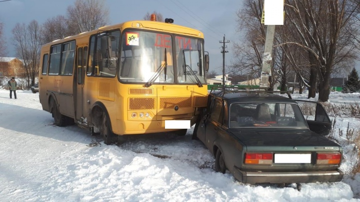 Школьный автобус въехал в «жигули»: в салоне ПАЗа находились двое детей