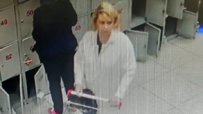 В магазине на ЖБИ женщина в белом пальто умыкнула чужой кошелек и попала на видео