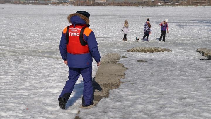 Спасатели попросили екатеринбуржцев не выходить на лёд водоёмов и рассказали, что делать, если вы провалились