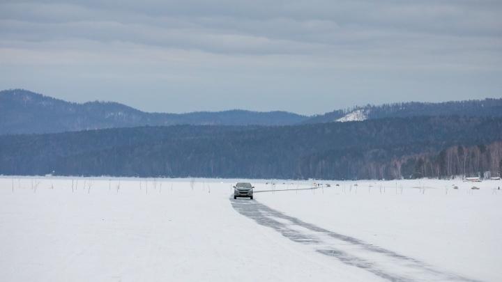 На Красноярском водохранилище автомобиль провалился под лед. Толпа рыбаков глазела на это пару часов