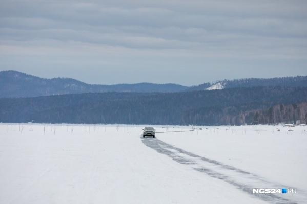 На Красноярском водохранилище автомобили часто уходят под лед. В эту зиму это первый случай