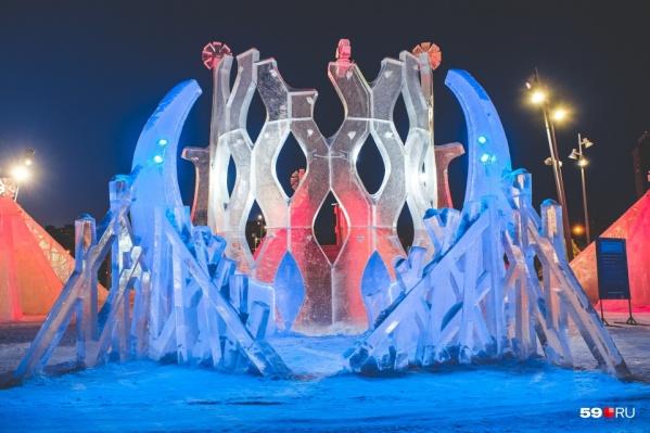 В этом году городок состоит из 12 самостоятельных ледовых объектов, каждый из которых отражает тему древней культуры и истории пермской земли