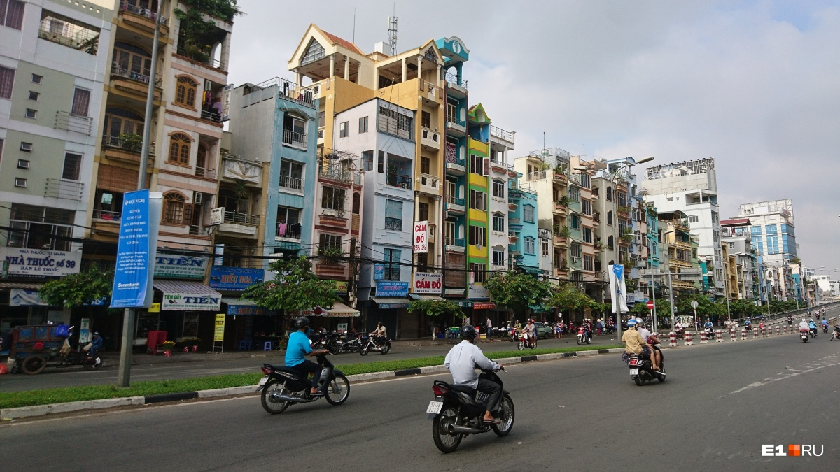 В Азии часто попадается удивительный архитектурный коктейль, способный загнать большинство урбанистов в кому