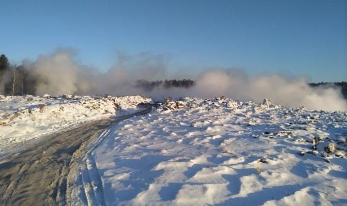 Мэрия забросает снегом тлеющую свалку на Уралмаше, отравившую воздух