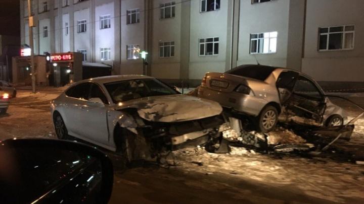 В Уфе водитель Audi на пустой дороге врезался в Mitsubishi
