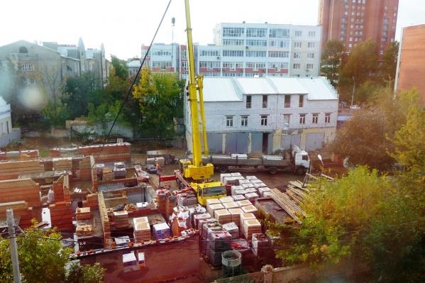 Разрешение на строительство отменили 19 сентября. Но стройка всё идёт и идёт по плану