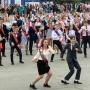 Танцевала вся площадь: златоустовские выпускники устроили грандиозный флешмоб