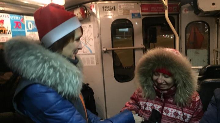 Новосибирские кондукторы надели красные колпачки в честь Нового года