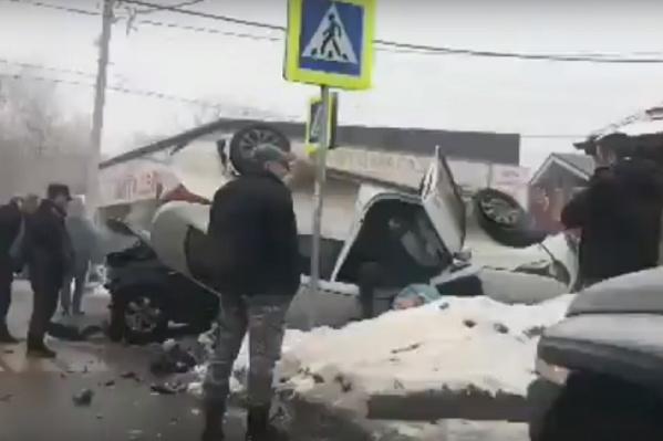 В результате столкновения перевернулись обе машины
