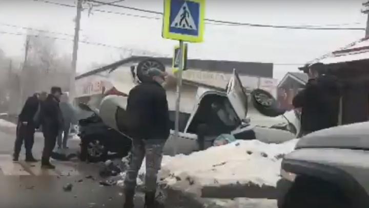 Отбросило на пешехода: в Ростове в результате ДТП перевернулись две легковушки