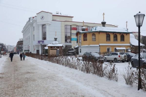 Суд еще в июле обязал собственника здания, Владимира Радченко, снести постройку
