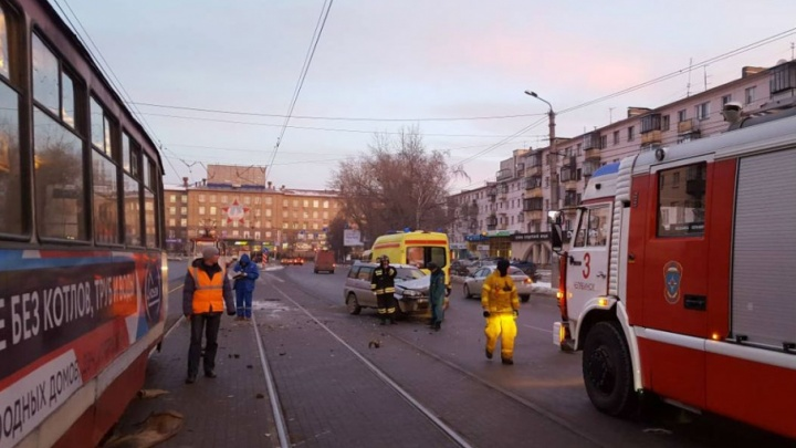 Челябинка за рулём иномарки протаранила трамвай на Кирова