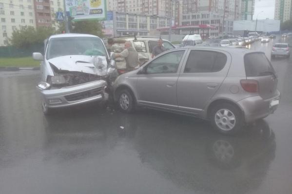 Машины столкнулись на перекрёстке улиц Адриена Лежена и Бориса Богаткова