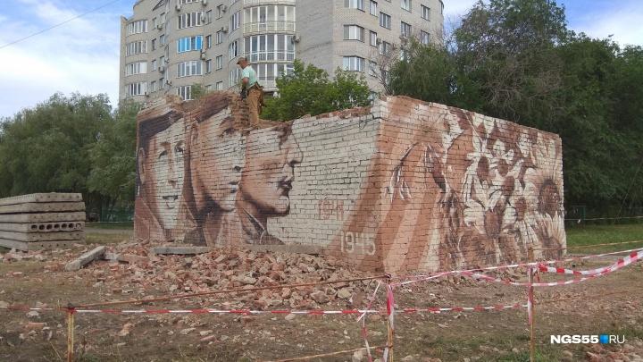 На левом берегу начали разбирать постройку с изображением солдат Великой Отечественной войны