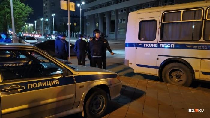 К автобусу задержанных подвозили на легковых машинах