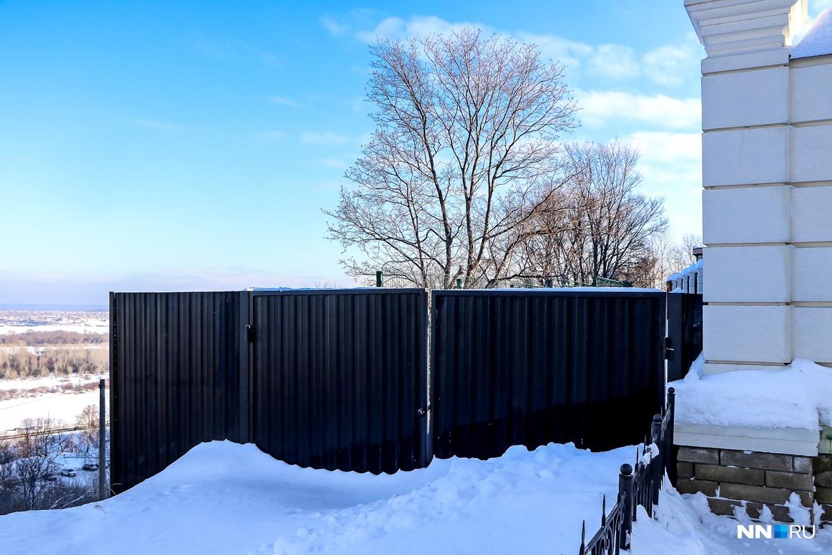 Забор подходит вплотную к обрыву