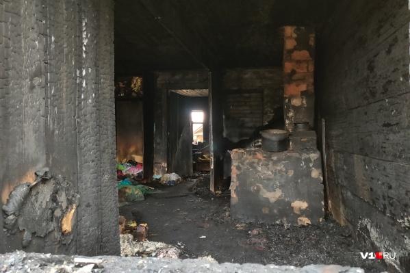 Дети находились в комнате, где мать затопила печку и ушла на улицу