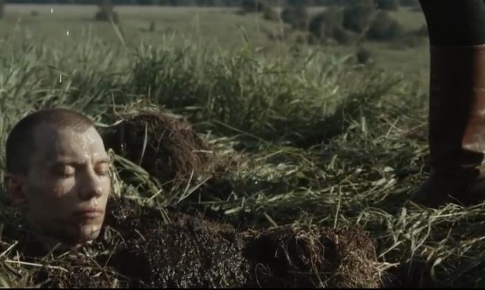 По сюжету женщина сажает мертвого летчика в своем огороде, чтобывырастить из него нового человека