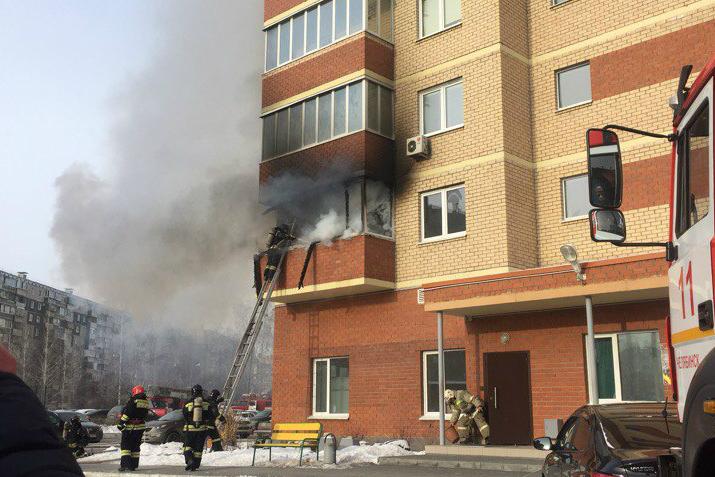 Пожар на втором этаже многоэтажки уже ликвидируют сотрудники МЧС