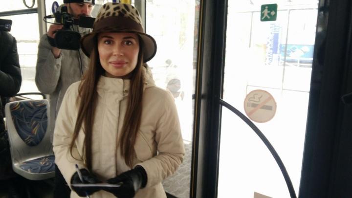 Онлайн-репортаж: красотка Юлия Михалкова пересела на трамвай и автобус ради «Экспо»