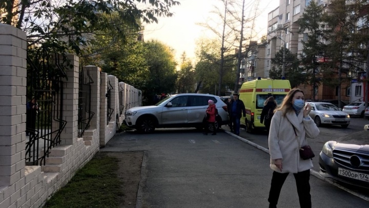 «Случайно нажала на педаль»: стали известны подробности наезда BMW на челябинца у ворот лицея