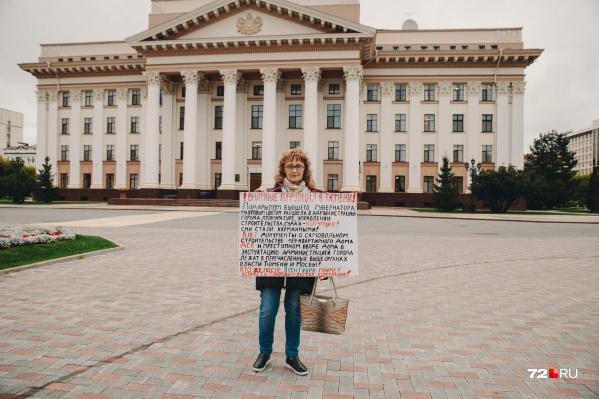 Татьяна Драчева пытается привлечь внимание к своей проблеме одиночными пикетами. Она регулярно выходит с плакатом на улицы города