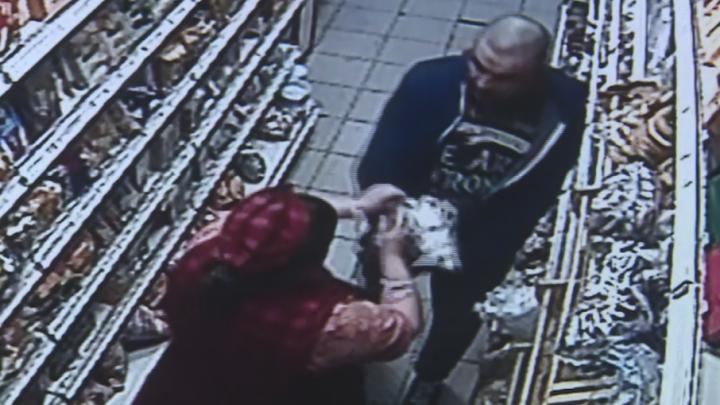 В уфимском магазине покупатель отказался платить за товары и напал на продавца