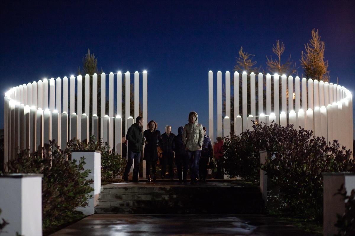 Обновленный мемориал с 88 столбами в виде свечей