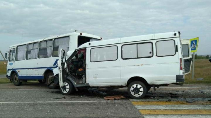 У пострадавших в аварии с двумя автобусами обнаружили сотрясения головного мозга и переломы