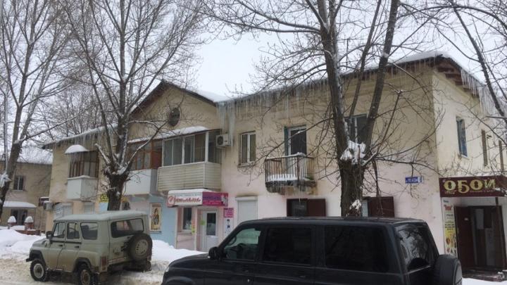 «Их даже не пытаются убрать»: над жителями Волгоградской области нависла угроза — огромные сосульки