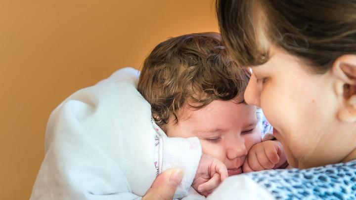 «У дочки зрачки были прозрачные»: в Челябинске офтальмологи прооперировали слепого младенца