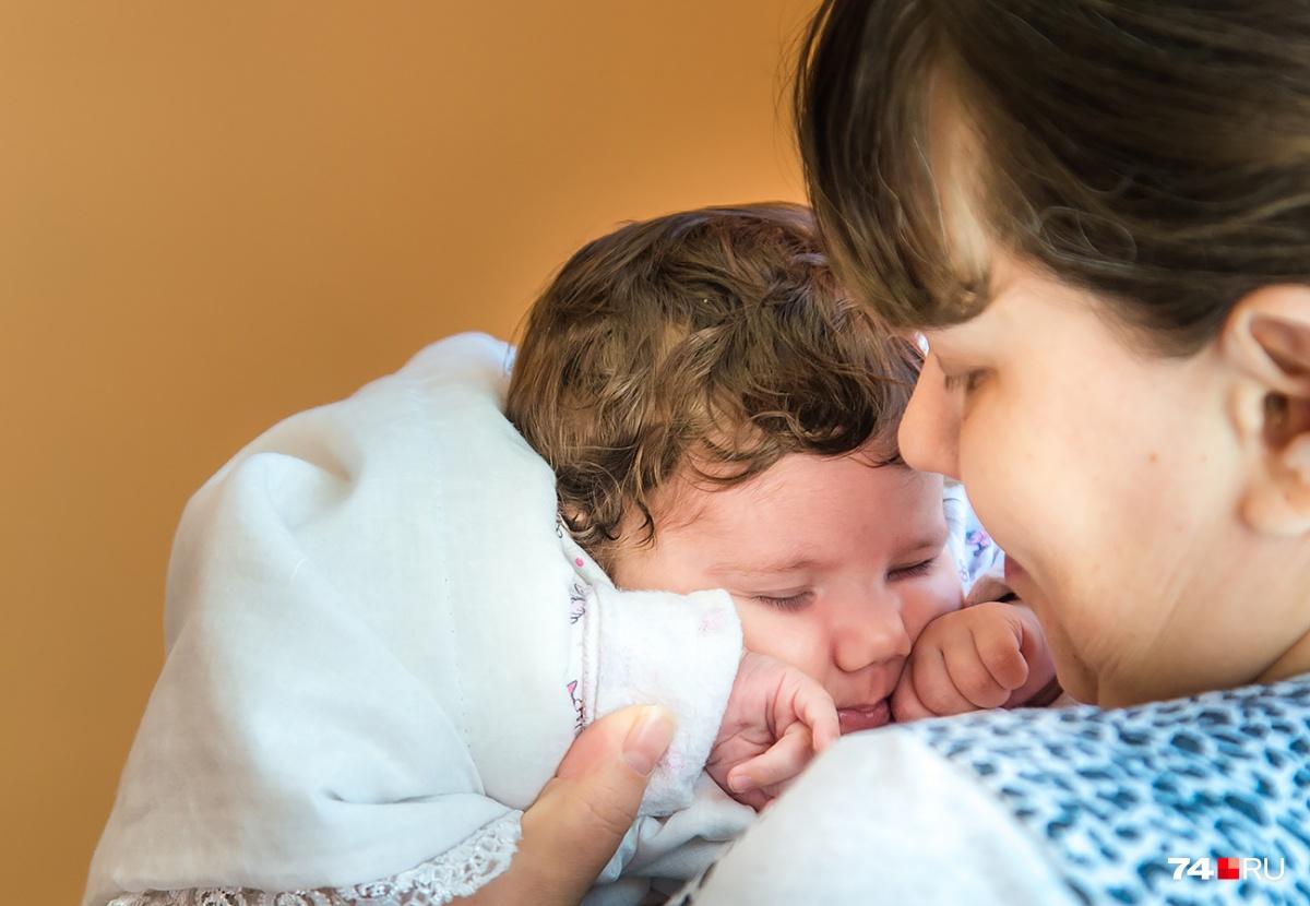 Маленькая Карина с рождения не видела солнечного света