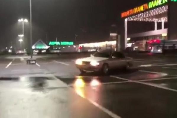 Водитель сегодня ночью устроил дрифт на парковке