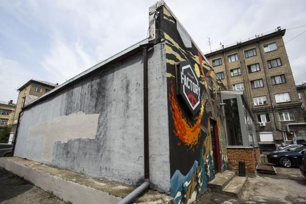 Стена рядом с Первомайским сквером до сих пор серая