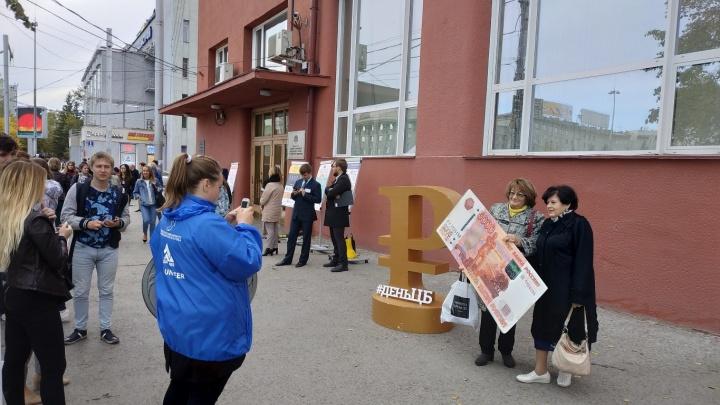 На площадь Ленина вынесли пятитысячные банкноты с человеческий рост