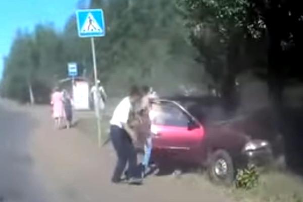 Появилось видео с моментом аварии, в которой насмерть сбили омича на остановке
